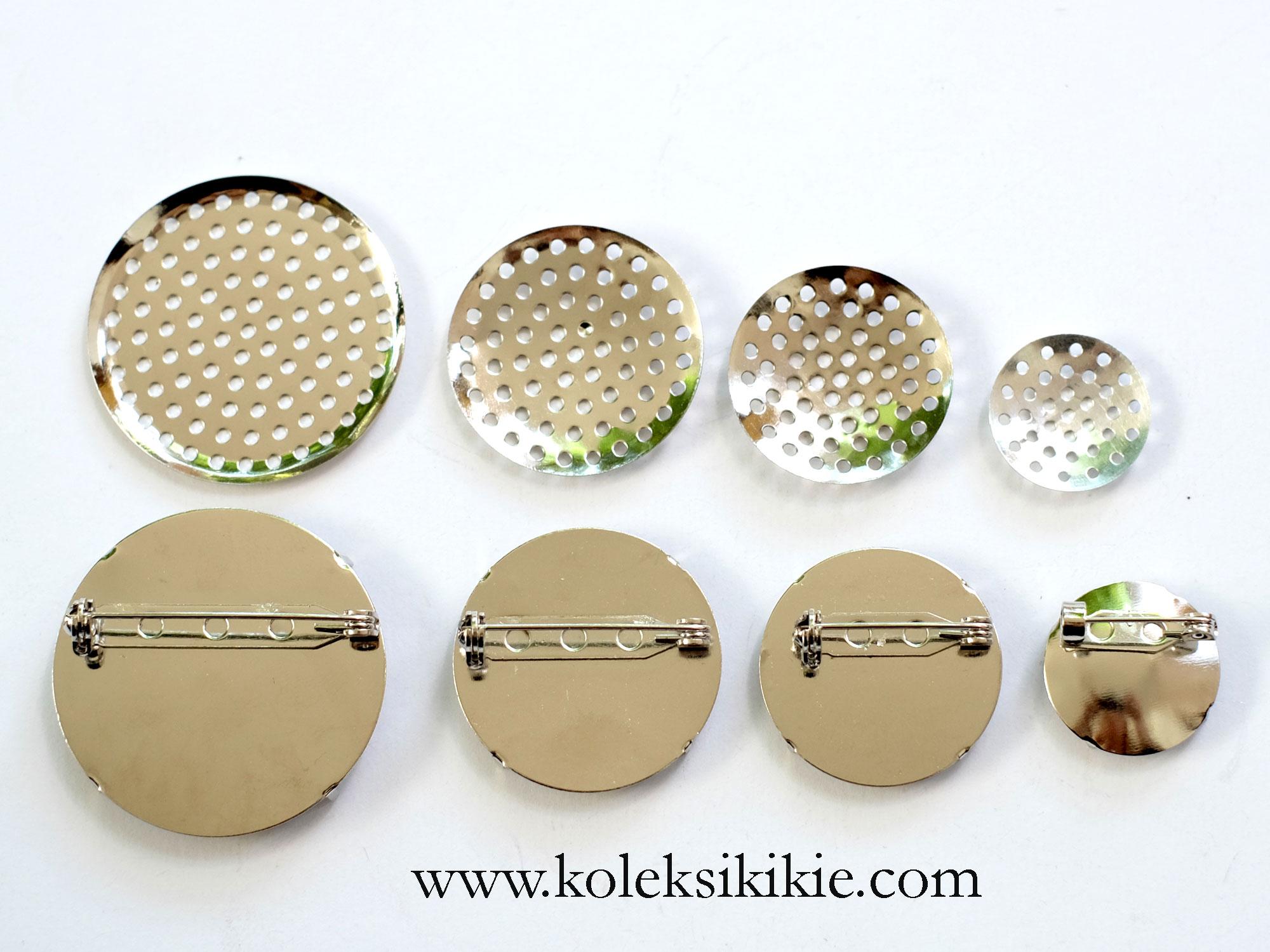 Sesuaikan bahan dengan ukuran peniti pada sarangan bros Bros yang menggunakan manik manik yang berat biasanya membutuhkan peniti yang lebih panjang agar