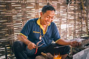 pengrajin-manik-kaca-tradisional