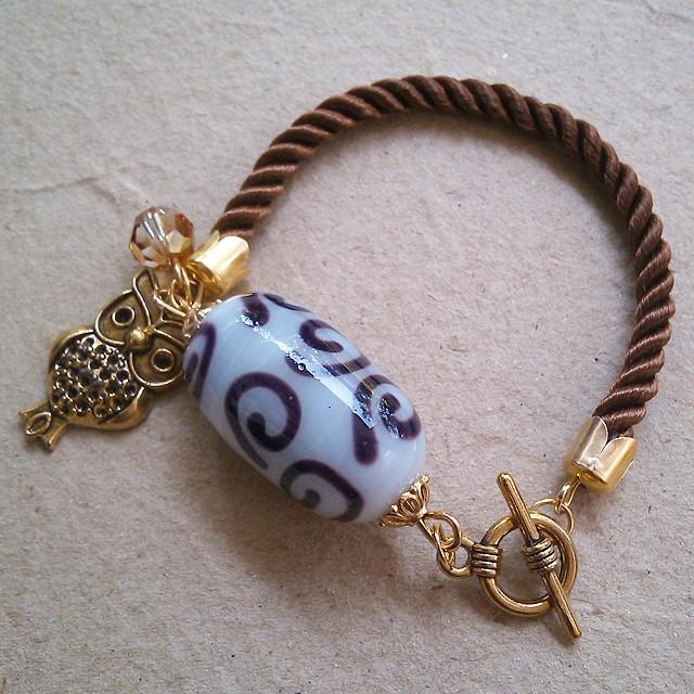 Golden Owl Rp35.000 Gudo beads with 8mm swarovski Http://koleksikikie.com Order pin BB 31374c67 (nina)  #handmadeaccesories #bracelet #gelanghandmade #gelangmanik #handmadebracelet #art #accesories #swarovski #glassbead #indonesiabeads