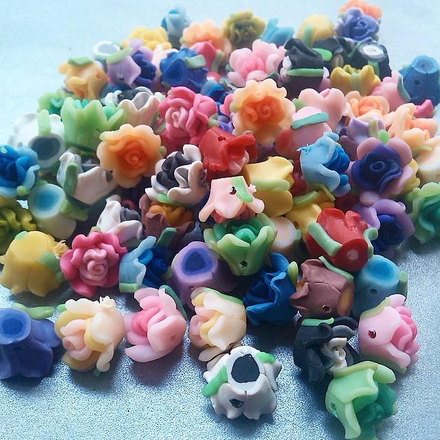 Clay mawar kecil 100 piece Rp120.000 50 piece Rp 60.000 Satu lusin isi 12 Rp 15.000 Satu bungkus kecil isi 3 Rp5.000  Coming soon  Http://koleksikikie.com/toko  #clay #bahanaksesoris #bahancraft #jualcraft #manikmanik #beads #diyaccesories