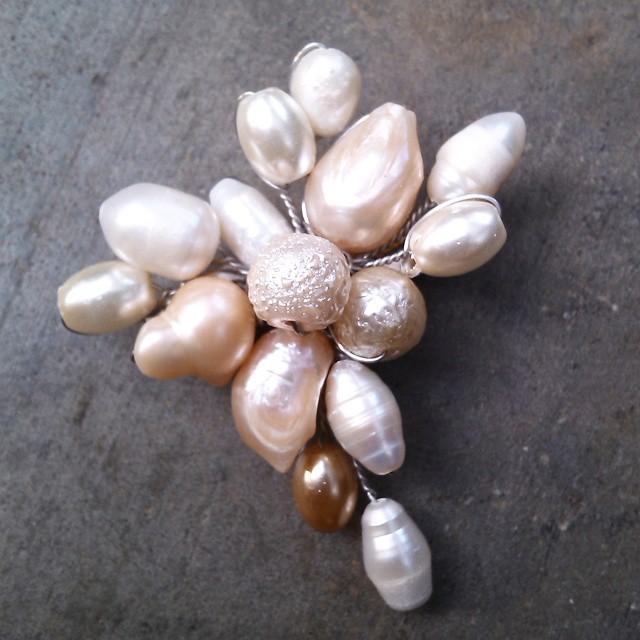 Peniti dagu mutiara air tawar Rp 25.000 Http://koleksikikie.com  #pin #handmadeaccesories #accesories #aksesoris #brosmanik #brooch #peniti #penitidagu
