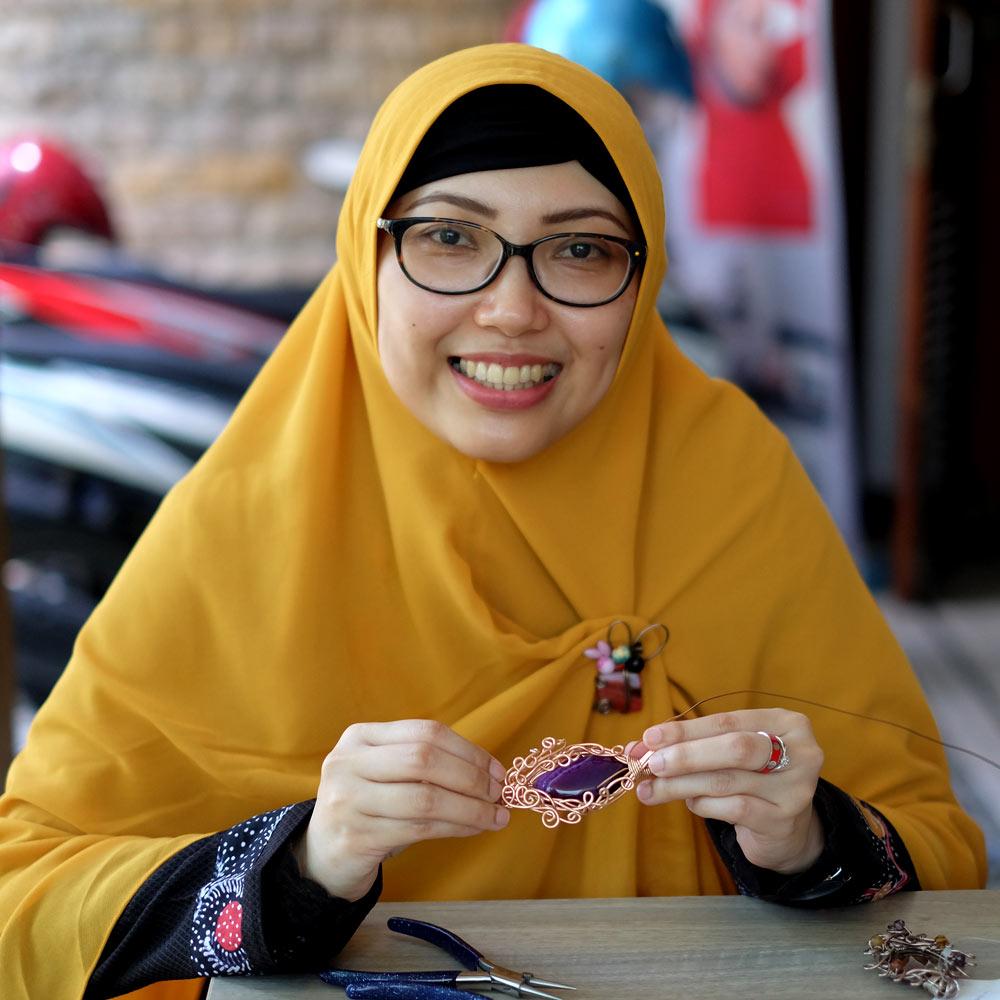 Kursus Merangkai Bros Koleksikikie Produk Ukm Bumn Kalung Tenun Wires 12 Ibu Muda Ini Mengaku Sudah Lama Penasaran Ingin Belajar Membuat Aksesoris Namun Baru Memiliki Waktu Luang Untuk Datang Lansgung Ke Workshop