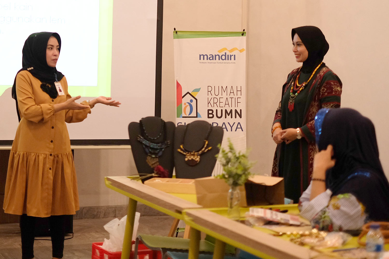 Kursus Merangkai Bros Koleksikikie Produk Ukm Bumn Kalung Tenun Wires 12 Pada Kesempatan Ini Mbak Soraya Mengajak Sahabat Yang Hadir Dan Merupakan Pemilik Di Surabaya Untuk Mendaftarkan Diri Sebagai Anggota